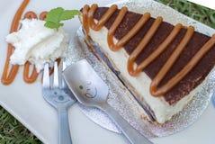 Feche acima da colher com bolo do banoffee derramam o caramelo Imagem de Stock