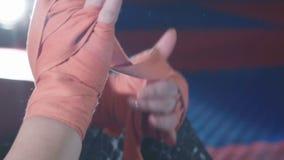 Feche acima da colocação sobre envoltórios vermelhos nas mãos no gym video estoque