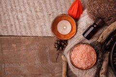 Feche acima da composição bonita dos termas no centro do bem-estar, dos termas ftreatmeent, do óleo da aromaterapia e dos cones d fotos de stock royalty free