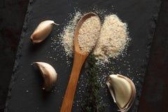 Feche acima da composição do pó do alho, dos ramos do tomilho e do cravo-da-índia Imagem de Stock
