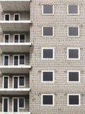Feche acima da construção de apartamentos abandonada sob o sumário da construção Foto de Stock Royalty Free