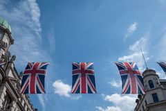 Feche acima da construção em Regent Street London com fileira de bandeiras britânicas para comemorar o casamento do príncipe Harr imagem de stock royalty free