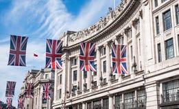 Feche acima da construção em Regent Street London com fileira de bandeiras britânicas para comemorar o casamento do príncipe Harr fotografia de stock