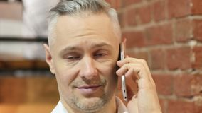 Feche acima da conversa do telefone do homem da Idade Média vídeos de arquivo