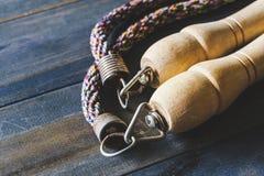 Feche acima da corda de salto no fundo de madeira Ainda vida da faixa clara velha Fotografia de Stock