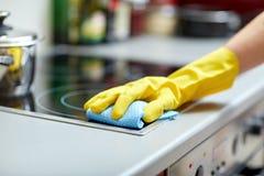 Feche acima da cozinha do fogão da limpeza da mulher em casa Foto de Stock Royalty Free