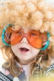 Feche acima da criança engraçada disfarçada como os anos sessenta Imagens de Stock Royalty Free