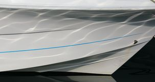 Feche acima da curva de um barco com reflexões da água vídeos de arquivo