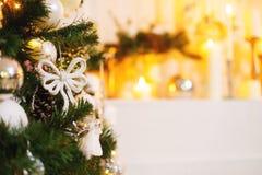 Feche acima da decoração de prata do Natal com a árvore verde pelo ano novo 2017 da celebração Fotos de Stock Royalty Free