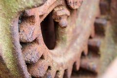 Feche acima da engrenagem oxidada no equipamento agrícola abandonado Imagens de Stock Royalty Free
