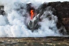 Feche acima da entrada da lava no oceano em Havaí Foto de Stock