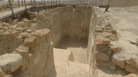Feche acima da entrada a um banho maria ritual no qumran em Israel video estoque