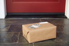 Feche acima da entrega do pacote fora de Front Door Fotografia de Stock Royalty Free