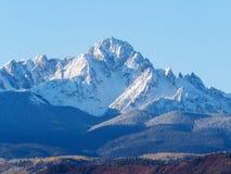 Feche acima da escala coberto de neve de Sneffels em um azul de luz do dia brilhante foto de stock