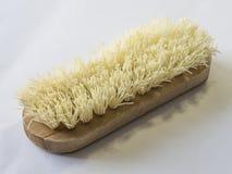 Feche acima da escova de esfrega de madeira no fundo branco Imagens de Stock