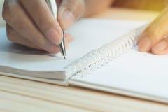 Feche acima da escrita da mão no papel Feche acima dos povos que escrevem no papel fotos de stock