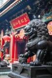 Feche acima da escultura de bronze de Lion Guardian no Sik Sik Yuen Wong Tai Sin Temple em Kowloon, Hong Kong imagens de stock