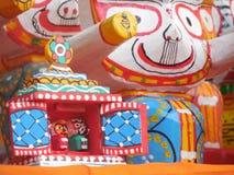 Feche acima da escultura no jagannath hindu vermelho e amarelo do deus fotografia de stock royalty free