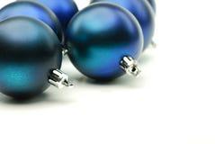 Feche acima da esfera azul lustrada do Natal Foto de Stock