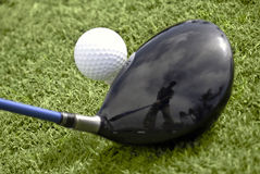 Feche acima da esfera de golfe na instalação do T e do excitador Foto de Stock Royalty Free