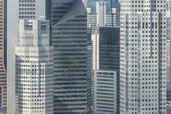 Feche acima da estrutura do prédio de escritórios em Singapura imagens de stock