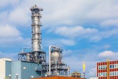 Feche acima da estrutura forte exterior do metal da planta de refinaria de petróleo na indústria pesada imagem de stock royalty free