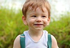 Feche acima da expressão de sorriso insolente da cara do bebê do retrato fotografia de stock