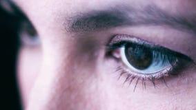 Feche acima da expressão triste dos olhos do marrom da mulher, fêmea na amargura, depressão Conceito da tristeza cinematic vídeos de arquivo