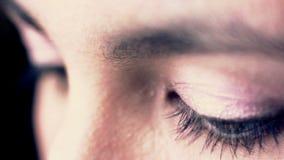 Feche acima da expressão triste dos olhos do marrom da mulher, fêmea na amargura, depressão Conceito da tristeza cinematic filme