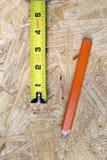 Feche acima da fita e do lápis de medição Imagem de Stock Royalty Free