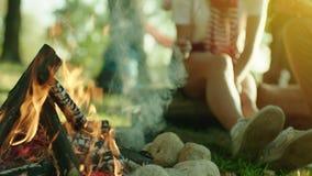 Feche acima da fogueira no acampamento em férias de verão vídeos de arquivo