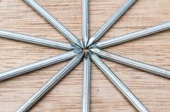 Feche acima da forma da estrela dos pregos no fundo de madeira Fotografia de Stock Royalty Free