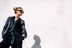 Feche acima da forma; retrato luxuoso da mulher 'sexy' impressionante, bordos completos e cara perfeita, óculos de sol do dia ens Fotos de Stock Royalty Free