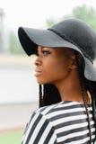 Feche acima da foto da menina consideravelmente americana atrativa Vista fêmea em algum lugar Modelo no chapéu negro fotografia de stock royalty free