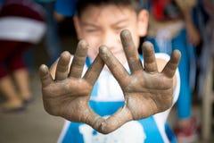 Feche acima da foto das mãos da criança no ofício do oleiro Fotografia de Stock Royalty Free