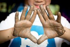 Feche acima da foto das mãos da criança no ofício do oleiro Imagem de Stock Royalty Free
