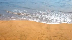 Feche acima da foto das ondas delicadas que rolam na costa foto de stock