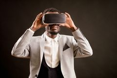 Feche acima da foto do homem elegante nos vidros 3D para smartphones Fotografia de Stock Royalty Free