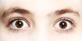Feche acima da foto dos olhos do menino largamente abertos fotografia de stock