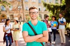 Feche acima da foto focalizada do estudante nerdy louro bem sucedido novo, imagem de stock royalty free