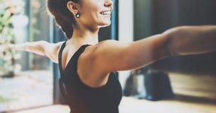 Feche acima da ideia da ioga praticando da jovem mulher lindo interna Asana bonito da luz do guerreiro da prática da menina Calma fotos de stock
