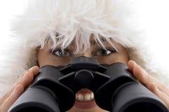 Feche acima da ideia da terra arrendada da mulher binocular Fotos de Stock