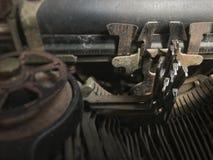 Feche acima da ideia de chaves velhas da máquina de escrever fotografia de stock