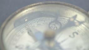 Feche acima da ideia do compasso e de seus números vídeos de arquivo