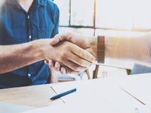 Feche acima da ideia do conceito do aperto de mão da parceria do negócio Processo do aperto de mão do homem de negócios da foto d fotografia de stock