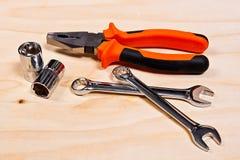 Feche acima da ideia do conjunto de ferramentas do reparo no fundo de madeira Imagem de Stock