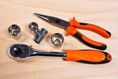Feche acima da ideia do conjunto de ferramentas do reparo no fundo de madeira Foto de Stock