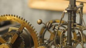 Feche acima da ideia do detalhe de mecanismo de bronze complicado do pulso de disparo interno com cremalheira e relações filme