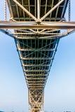 Feche acima da ideia do lado de baixo de uma ponte litoral do Bowstring com os céus claros no Corpus Christi foto de stock royalty free