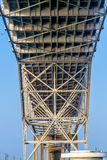 Feche acima da ideia do lado de baixo dos trabalhos do aço e do ferro de uma ponte litoral fotos de stock